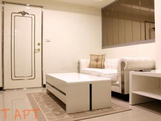 1 BR Apartment Zhong Xiao Dun Hua MRT 1 Second - Taipei vacation rentals