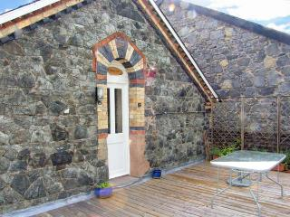 STATION FLAT, sleeps 8, decked balcony, village centre location in Betws-y-Coed, Ref 16719 - Snowdonia National Park Area vacation rentals