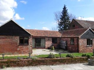 OAK TREE BARN, country holiday cottage with a woodburning stove, broadband and a garden, in Silfield, Ref 13556 - The Lizard vacation rentals