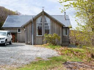 THORSVIK, detached wooden cottage, with three bedrooms, stunning views, rural location, in Tokavaig, Ref 14547 - Broadford vacation rentals