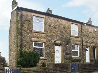 14 YEARDSLEY LANE, private patio, close to village amenities, in Furness Vale, Ref 8800 - Stocksbridge vacation rentals