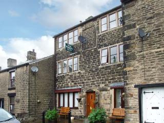 13A KINDER ROAD, cosy studio apartment, romantic retreat, close walking, lovely shared garden in Hayfield, Ref 17075 - Stocksbridge vacation rentals