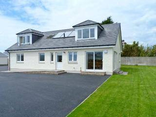 THE QUARE PLACE, detached cottage, four bedrooms, woodburning stove, sea views, enclosed garden, in Southerness, Ref 13597 - Colvend vacation rentals