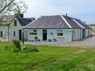 DARACH, single storey cottage, garden and hill views, ideal romantic retreat, in Ardfern, Ref 16245 - Ardfern vacation rentals
