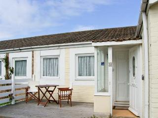 PRIMROSE COTTAGE, detached, single storey cottage, romantic retreat, beach close by, in Beadnell, Ref 17390 - Beal vacation rentals