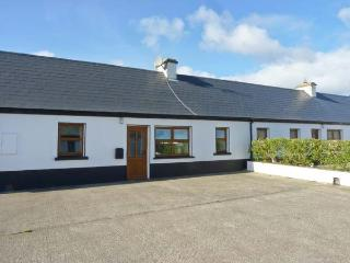 NO. 2 WHITE STRAND, traditional cottage, multi-fuel stove, two minutes' walk to beach, in Doonbeg, Ref 16621 - Doonbeg vacation rentals
