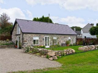 BEUDY HYWEL, detached barn conversion, en-suite king-size double bedroom, lawned garden, pet friendly, in Llanrug, Ref 6145 - Llanrug vacation rentals