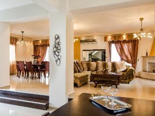 Villa on Crete within Walking Distance to Beach and Shops - Villa Stavromenos - Atsipópoulon vacation rentals