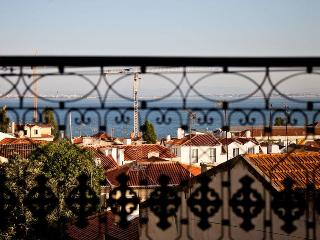 Very quiet and sunny with stunning views over Alfa - Lisbon vacation rentals