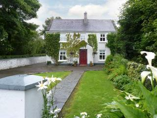 IVY HOUSE, detached cottage, near fishing lake, multi-fuel stove, enclosed garden and orchard, in Loughrea, Ref 17935 - Kilcolgan vacation rentals