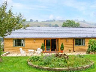 DOLLEY FARM COTTAGE, lovely views, hot tub, off road parking, with a garden, in Presteigne, Ref 14670 - Llanyre vacation rentals