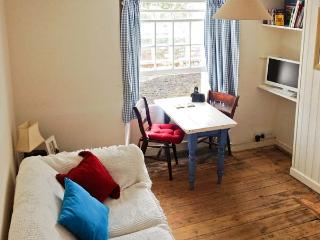 COSY COTTAGE, romantic retreat, views across the village, harbour 2 mins walk, in Mevagissey, Ref 16660 - Mevagissey vacation rentals