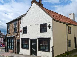 CATHEDRAL MEWS, character holiday cottage, WiFi, with a garden in Ripon, Ref 13899 - Knaresborough vacation rentals