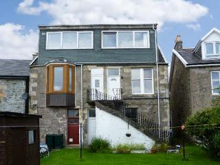 TOP FLAT, open plan living, shared garden, sea views in Tighnabruaich, Ref 18328 - Tighnabruaich vacation rentals