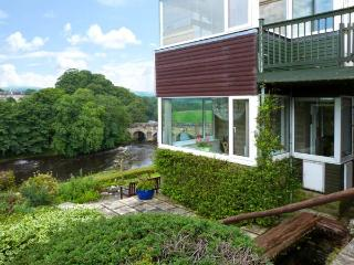 RIVERSIDE, welcoming apartment with river views, off road parking, and garden, in Grassington, Ref 19135 - Grassington vacation rentals