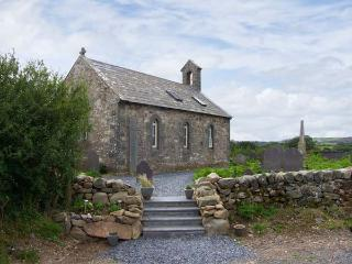 EGLWYS ST CYNFIL, church conversion near coast, character, quality, 1 acre grounds, Penrhos, Pwllheli Ref 17499 - Criccieth vacation rentals