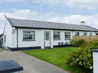 BENVIEW HOUSE, single-storey cottage, with Jacuzzi bath, and private rear patio, in Roundstone, Ref 17712 - County Galway vacation rentals