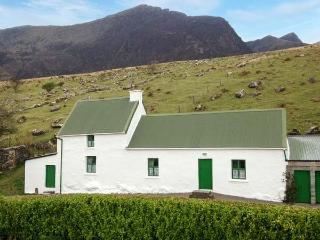 LOCH CRUITE COTTAGE, traditional cottage by Mount Brandon, open fire, Dingle Peninsula on doorstep, Cloghane Ref 905881 - Cloghane vacation rentals