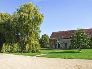 LAMBCOTE BARN - barn conversion on the owner's farm, en-suite bedroom, woodburner, Ref 14580 - Inkberrow vacation rentals