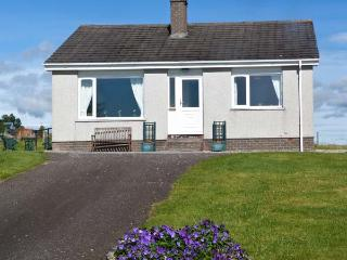 BALNACRUIE, detached single-storey cottage, with off road parking, and garden, in National Park, near Boat of Garten, Ref 19204 - Boat of Garten vacation rentals