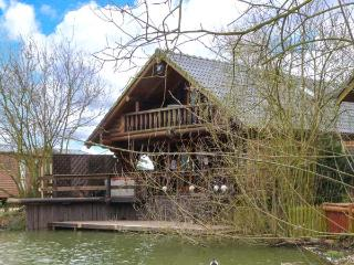WOODPECKER LODGE, wooden lakeside lodge, hot tub, veranda, fishing, golf, pool in Tattershall, Ref 19267 - Grantham vacation rentals