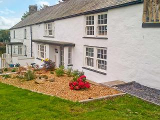 TYN LLAN, private hot tub, country views, three miles from beach and Abersoch, Sarn Ref 18213 - Aberdaron vacation rentals