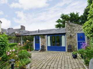 THE COACH HOUSE, romantic retreat, en-suite bedroom, woodburning stove, large garden, in Bandon, Ref 17449 - Macroom vacation rentals