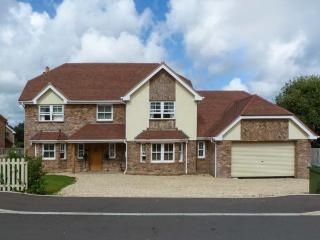 RUSH HOUSE, luxury pet-friendly accommodation with en-suites, hot tub, in Shanklin Ref 19428 - Shanklin vacation rentals