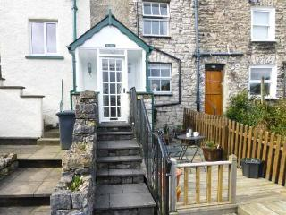 THE CHIMES, cosy cottage, with lovely views, decked area, romantic retreat, town location, in Kendal, Ref 13271 - Ings vacation rentals