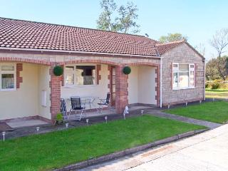 WORCESTER, wheelchair friendly cottage, wet room, off road parking, garden, in Burtle, Ref 19388 - Somerset vacation rentals