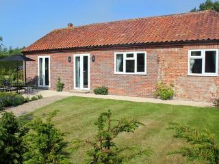 MOAT FARM COTTAGE, near the coast, off road parking, garden, in Aylsham, Ref 19944 - Aylsham vacation rentals