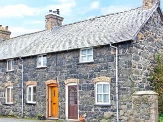 RHYDLOEW, cosy, Grade II listed cottage with mountain views in Llanuwchllyn, Ref. 18728 - Snowdonia National Park Area vacation rentals