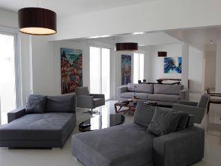 COPACABANA VIEW 2300sqf 3BED/3BATH 8 Guests w/MAID - Niteroi vacation rentals