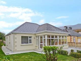 CONCANNON COTTAGE, detached cottage, en-suite bedrooms, summer room, village location, in Glenbeigh, Ref 18141 - Glenbeigh vacation rentals