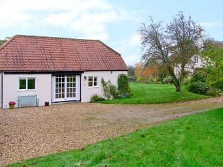 OKE APPLE COTTAGE, single storey pet friendly cottage in AONB, near Sturminster Newton Ref 20119 - Damerham vacation rentals