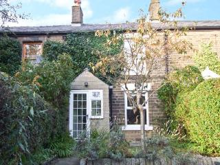 LAVENDER COTTAGE, woodburner, country views, walks from door, in Hayfield Ref 12290 - Stocksbridge vacation rentals