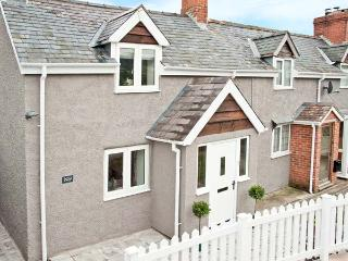 KEYS COTTAGE, family-friendly, woodburning stove, Juliet balcony, in Clun, Ref 10883 - Clun vacation rentals