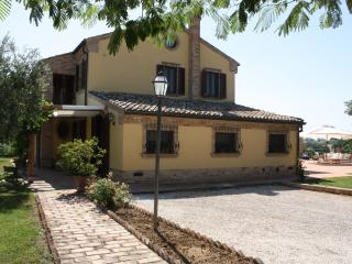 Private villa with pool,15 km to the coast, Marche - Morrovalle Scalo vacation rentals