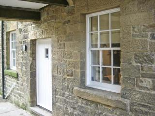 NO. 5 THE STABLES, character cottage, in the town centre, Grade II listed, in Pateley Bridge, Ref. 15847 - Lofthouse vacation rentals