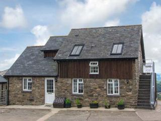HALFEN GRANARY, woodburner, Jacuzzi bath, parking, garden, near Llanfyllin, Ref 15200 - Llanfyllin vacation rentals