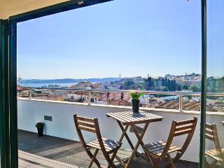 PI2- enchanting river and city views in a u - Lisbon vacation rentals