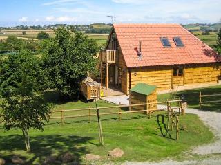 HAZEL LODGE, woodburner, hot tub, wet rooms, barn conversion, in Washford, Ref. 16587 - Somerset vacation rentals