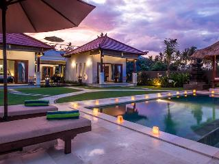 BEACHFRONT HIDEAWAY, SPECTACULAR MOUNTAIN VISTAS - Amed vacation rentals