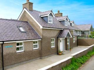 LLAIN BIG COTTAGE, detached cottage, wet room, enclosed patio, walks and cycle routes from door, near Rhosneigr, Ref 905047 - Rhosneigr vacation rentals
