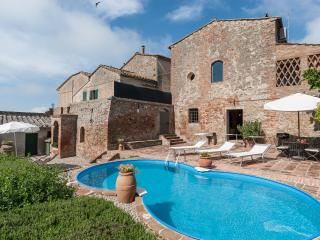 Cozy 3 Bedroom Countryside House with Pool and Wifi - Siena vacation rentals