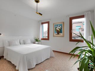 Ca Sole Apartment, near Casinò, Jewish Ghetto, train station, 12/15 minutes walk to Rialto and 15/18 minutes to San Marco - Venice vacation rentals