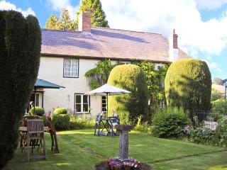THE WILLOWS, character cottage, pet-friendly, open fire, garden in Bucknell, Ref 22795 - Church Stretton vacation rentals