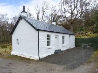 HEATHERBANK, single storey cottage, mountain views from patio, close loch and amenities in Garelochhead Ref 17420 - Garelochhead vacation rentals