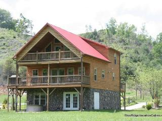 RIVERFRONT Cabin*Firepit*Hot Tub*Gameroom*Paved - Fleetwood vacation rentals