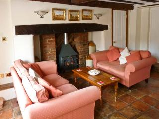 MELODY COTTAGE, character Grade II listed cottage close pub, garden, village setting, Fakenham Ref 17045 - Cromer vacation rentals